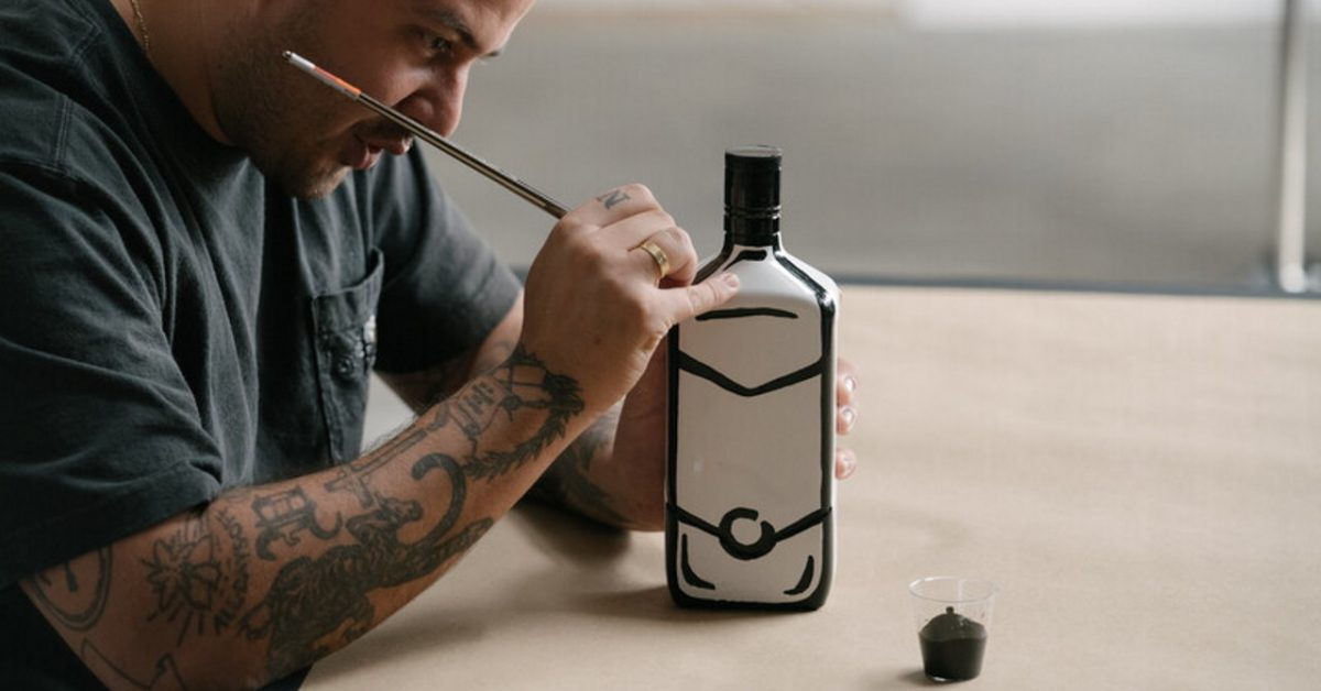Joshua Vides – gwiazda pop artu zamienił butelkę w dzieło sztuki!